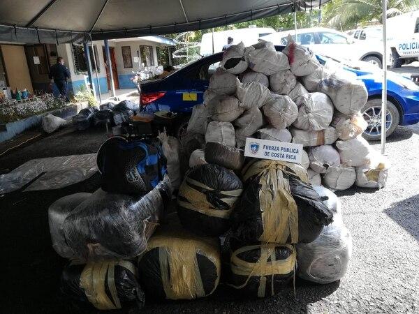 La mayoría de estas pacas iban dentro del camión. Foto MSP