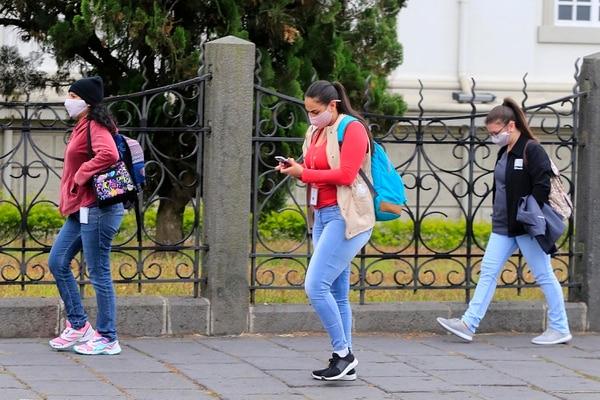 Muchas personas ya utilizan las mascarillas por decisión propia, ya que el Ministerio de Salud no había impuesto su uso. Foto: Rafael Pacheco