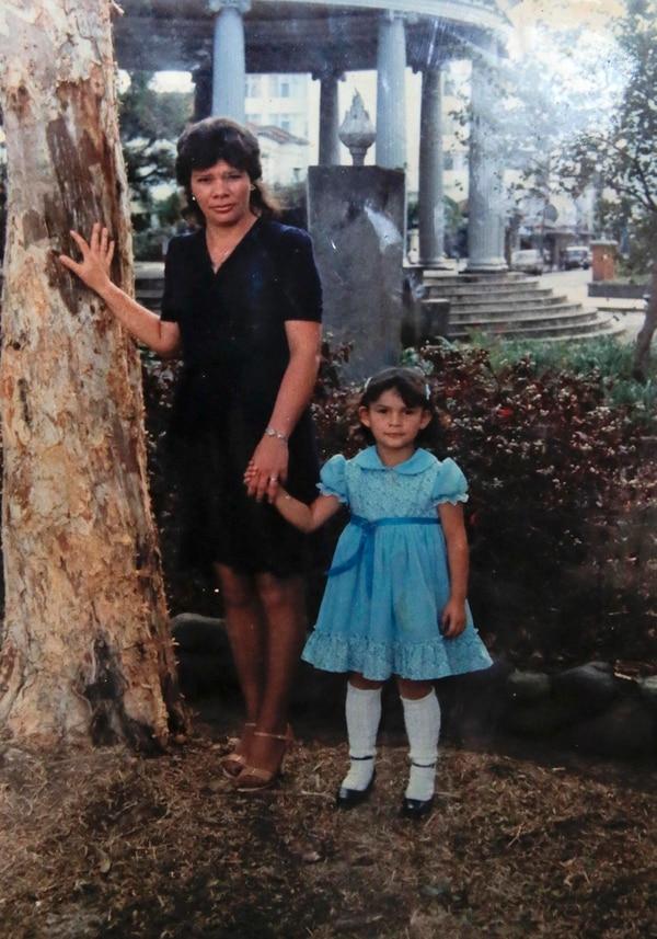 Esta foto es de doña María de los Ángeles y Wendolyn en el parque Morazán, San José,un año antes de su desaparición. Reproducción Mayela López.