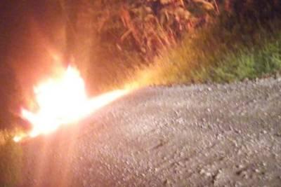 Hallan a hombre asesinado de varios balazos cerca de un carro en llamas