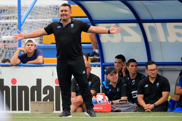 José Giacone pidiendo explicaciones a sus jugadores por los errores cometidos ante la Liga. Foto: Rafael Pacheco