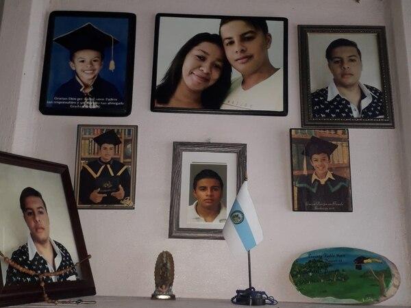 En una pared los papás de Joseph Briones Solís mantienen sus fotos y las de su novia Stephanie Hernández García. Foto: Cortesía para LT
