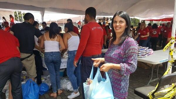 Doña Ana Morales llegó con bastantes donaciones para los necesitados. Foto: Francisco Barrantes.