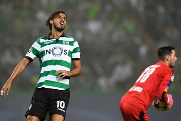 Sporting's Costa Rican forward Bryan Ruiz (L) grimaces during the UEFA Champions League football match Sporting CP vs BVB Borussia Dortmund at the Jose Alvalade stadium in Lisbon on October 18, 2016. / AFP PHOTO / FRANCISCO LEONG