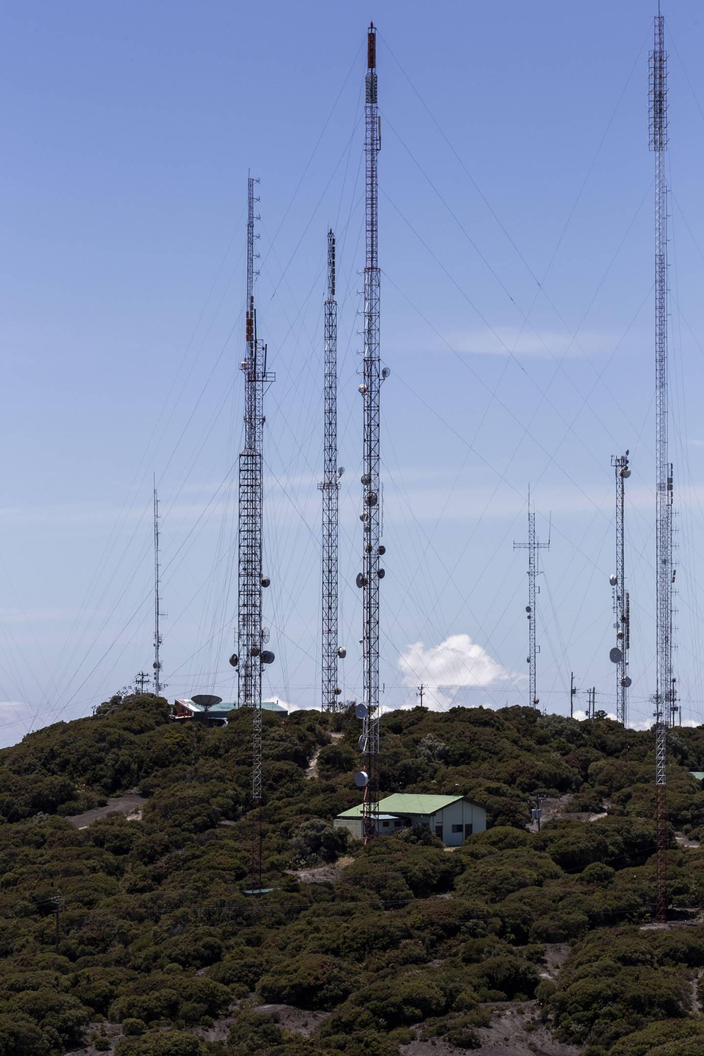 La precariedad de un grupo de trabajadores que da mantenimiento a las torres de transmisión de radio y televisión en la cima del volcán Irazú es captada por medio de la palabra y la fotografía por Paulo Ruiz Cubillo, vulcanólogo de la Escuela Centroamericana de Geología de la Universidad de Costa Rica (UCR)