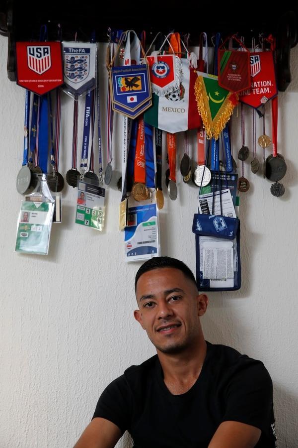 En su cuarto Jimmy tiene medallas, credenciales de varios campeonatos y hasta medallas de primer promedio en la escuela. Todo lo guarda con cariño. Fotos: Mayela López
