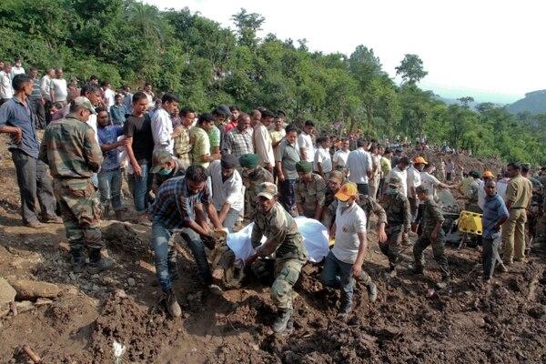 Uno de los autobuses está enterrado por unos 15 metros de barro en la India.