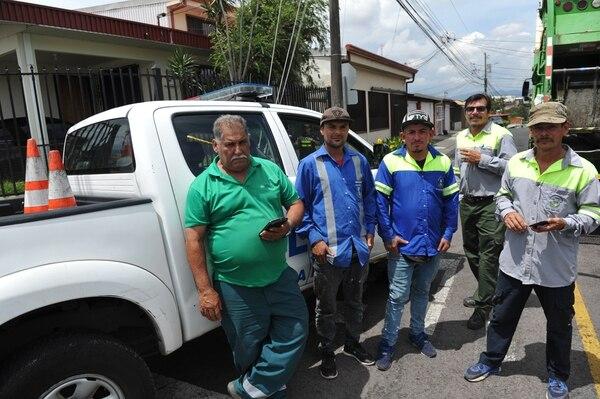 Vianey Mora, era el que conducía el camión (camisa verde), Miguel Torres, Luis Solano y Marcos Agüero encontraron el feto. Eduardo Badilla (segundo de derecha a izquierda) es el jefe de ellos y llegó al lugar. Foto: Marvin Caravaca