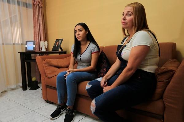 Astrid Daniela y su mamá, Ana Luisa, guardan un recuerdo muy bonito de la vida de Léster Morgan. Foto: Rafael Pacheco