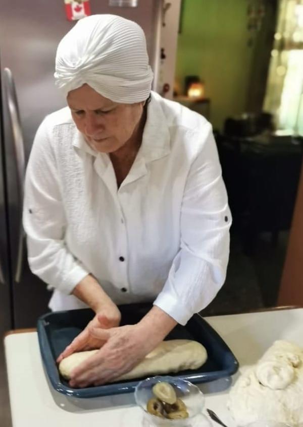 Doña Alba hace miel de chiverre sabrosa y también hornea pancitos y roquillas de todo tipo. Cortesía.