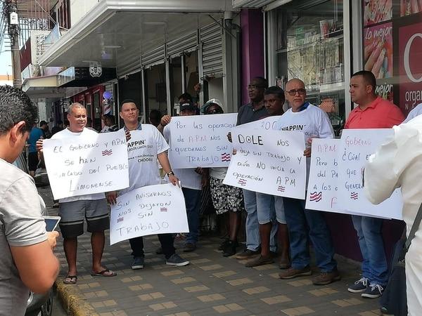 La mañana de este jueves los trabajadores despedidos llegaron con pancartas a manifestarse. Foto: Cortesía Carlos Dávila.