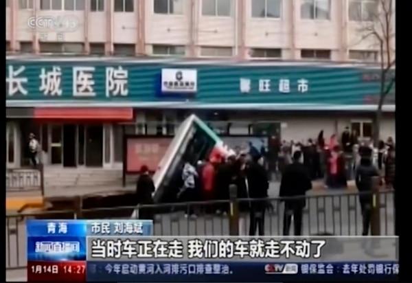 La caída del bus al hueco provocó una explosión. AP