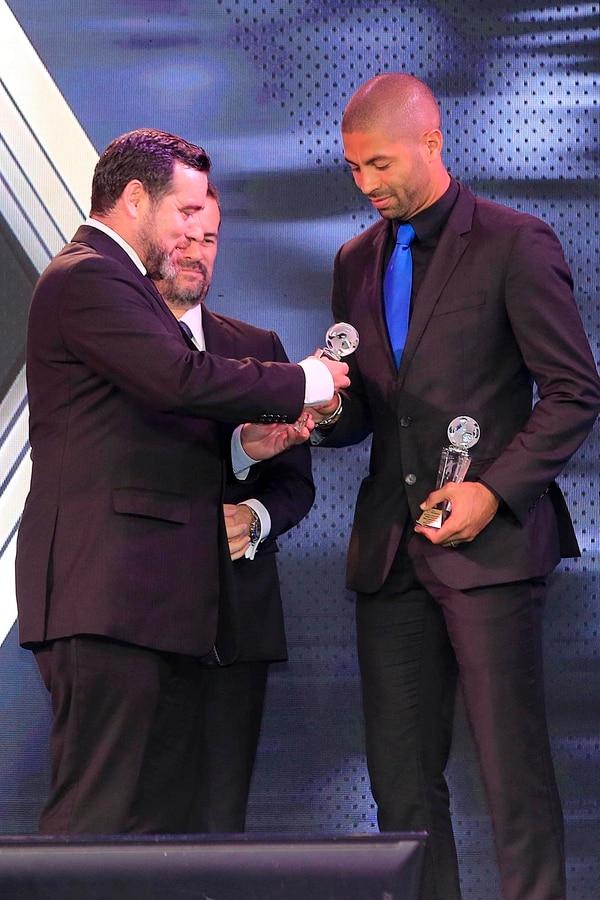 Álvaro Saborío recibiendo los trofeos como el mejor goleador de los torneos Apertura 2018 y Clausura 2019. Foto: Rafael Pacheco