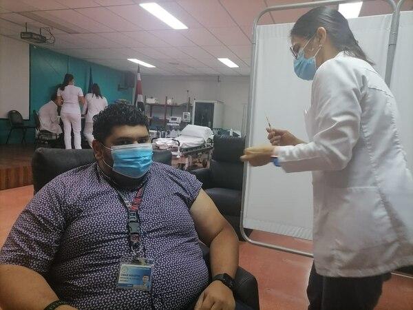 El doctor Miranda fue el primer vacunado en el hospital de San Carlos. Cortesía.