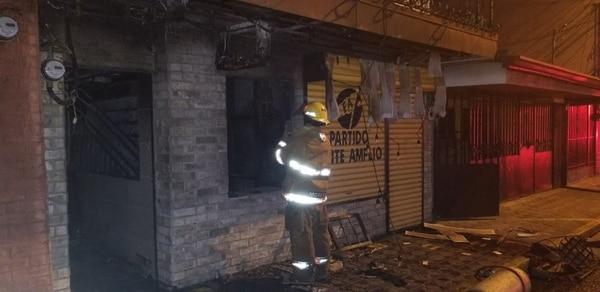 Los bomberos dijeron que dentro del negocio había cilindros de gas los cuales dichosamente no explotaron. Foto: Francisco Barrantes
