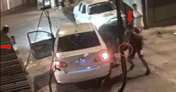 La bala que viene del búnker pega en el celular que Kahel andaba en un bolsito.