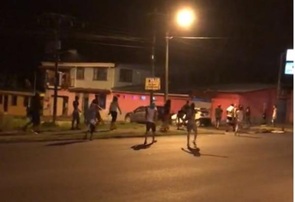 Los alboroteros corrían cerca de la antigua Coca Cola haciendo loco. Foto: Cortesía de Rubén Acón.