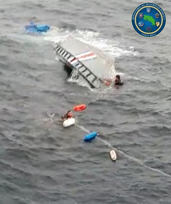 La lancha se comenzó a hundir en la parte trasera y eso les dio tiempo a los guardacostas de salir y nadar. Foto: MSP