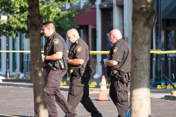La Policía tuvo mucho trabajo en el lugar en el que un hombre asesinó a balazos a nueve personas en el distrito de Dayton, Ohio, el pasado 4 de agosto. AFP