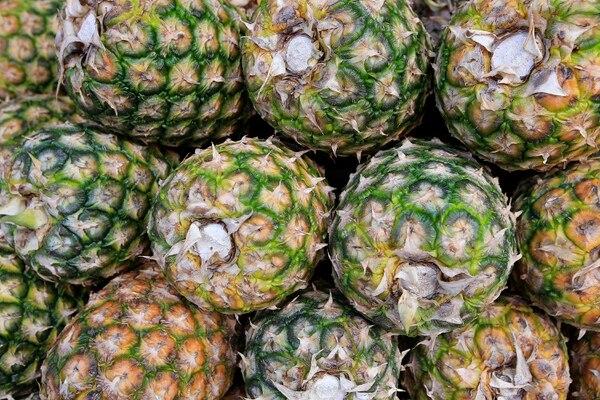28/06/2019 Mercado Borbón. Frutas y verduras: piña. Foto: Rafael Pacheco