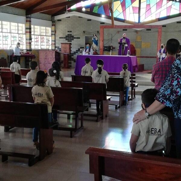Los 43 estudiantes estuvieron en la misa que se hizo para ellos. Foto Eduardo Vega Arguijo.