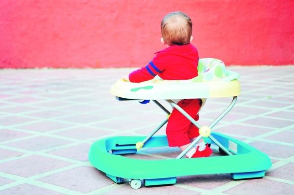 Las andaderas no ayudan a que el chiquito aprenda a caminar, más bien le hace daños físicos. foto: archivo/Juliana Barquero