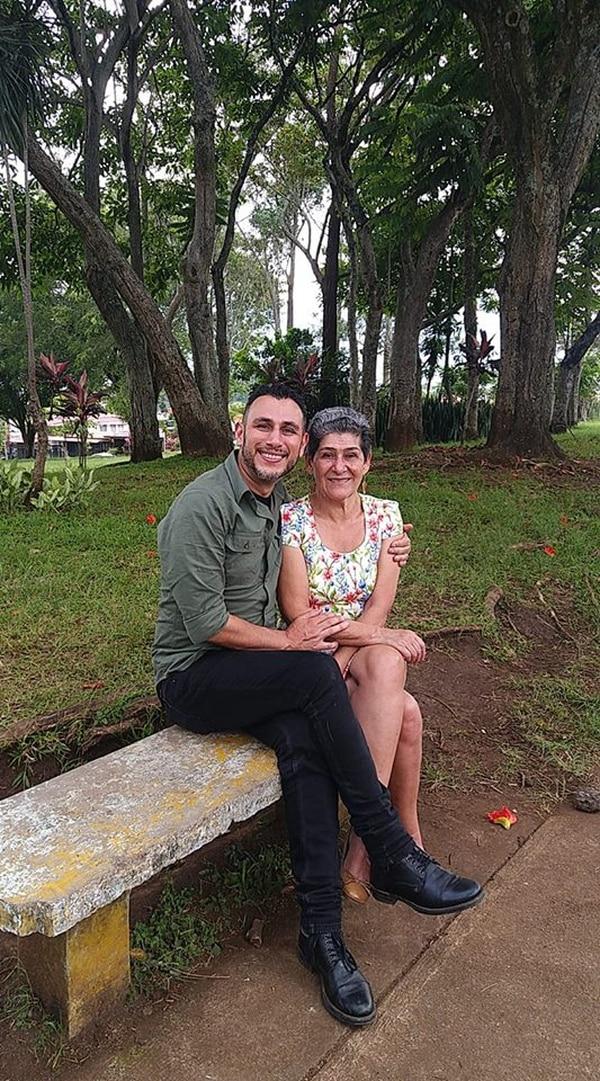Gustavo Delgado aprendió a bailar por la fiebre de su mamá, Alejandrina Ramírez. Foto: Cortesía.
