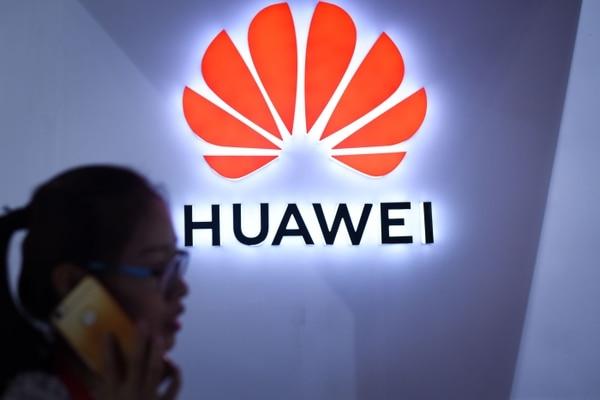 En el segundo trimestre de este año el grupo chino logró vender 54,2 millones de teléfonos. Con estas ventas, Huawei superó los 41,3 millones de iPhones vendidos por Apple, mientras que Samsung sigue en cabeza con 71,5 millones. / AFP PHOTO / WANG Zhao / TO GO WITH China-telecommunication-Huawei-mobile-Samsung-Apple, FOCUS by Dan Martin