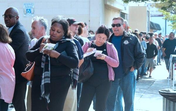 Las filas que se hacían para comprar los billetes le daban la vuelta a la cuadra. Foto: Frederic J. BROWN / AFP)