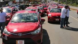 Taxistas y autobuseros se tiran a las calles asegurando que Gobierno les dio la espalda
