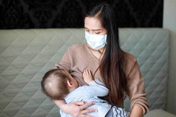 Hay muchas funcionarias, en la primea línea de batalla contra el coronavirus, que están en período de lactancia. Foto: Shutterstock.