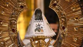San José y el Niñito Jesús visten a La Negrita