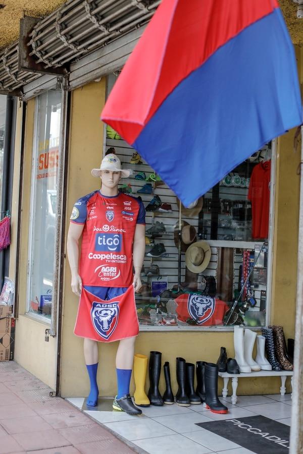 En muchas esquinas de Ciudad Quesada se topaba uno con los colores rojo y azul. Fotografía José Cordero