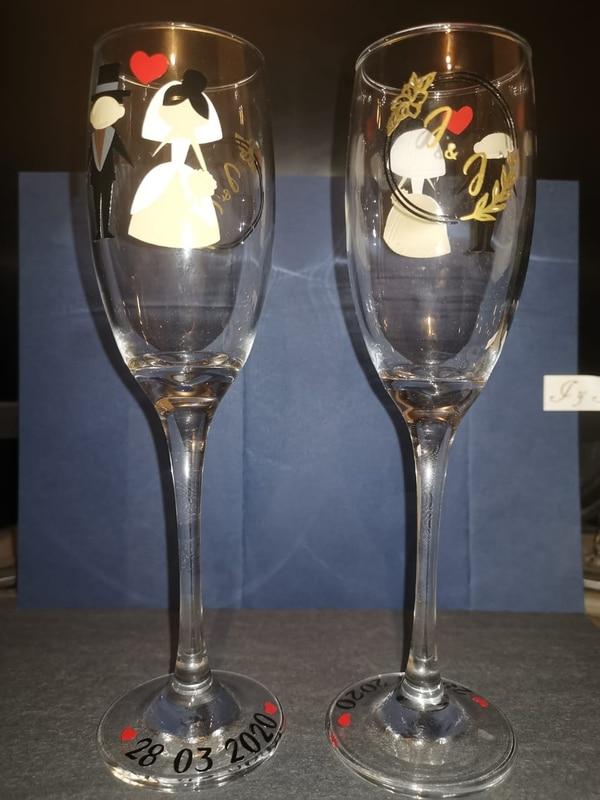 Las copas tienen el 28 de marzo en su adorno, por ahí le pondrán como un lacito para tapar la fecha. Cortesía.