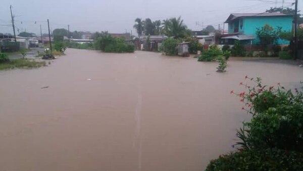 Algunos barrios de Limón amanecieron inundados este sábado. Foto: Cortesía