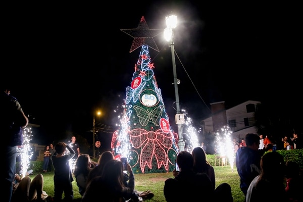 En familia llegaron a barrio Escalante para disfrutar del inicio de la Navidad. Foto Marcela Bertozzi/Agencia Ojo por Ojo