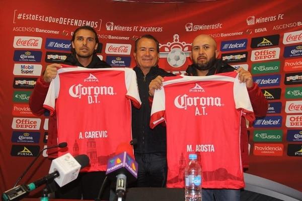 Acosta (derecha) con Carevic (izquierda) cuando fueron presentados en Mineros de Zacatecas. Cortesía.