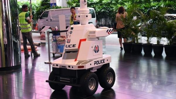 El robot llama mucho la atención de la gente, quienes se detienen a tomarse fotos con él. Foto: AFP