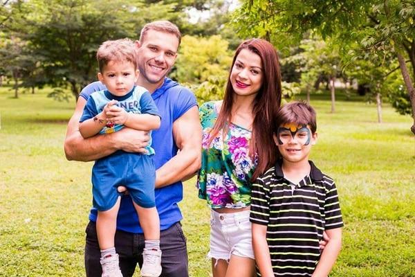 Kim y Ryan pasan su tiempo libre con sus pequeños Koby y Darren (bebé). Cortesía. Foto: Rándall Gutiérrez.
