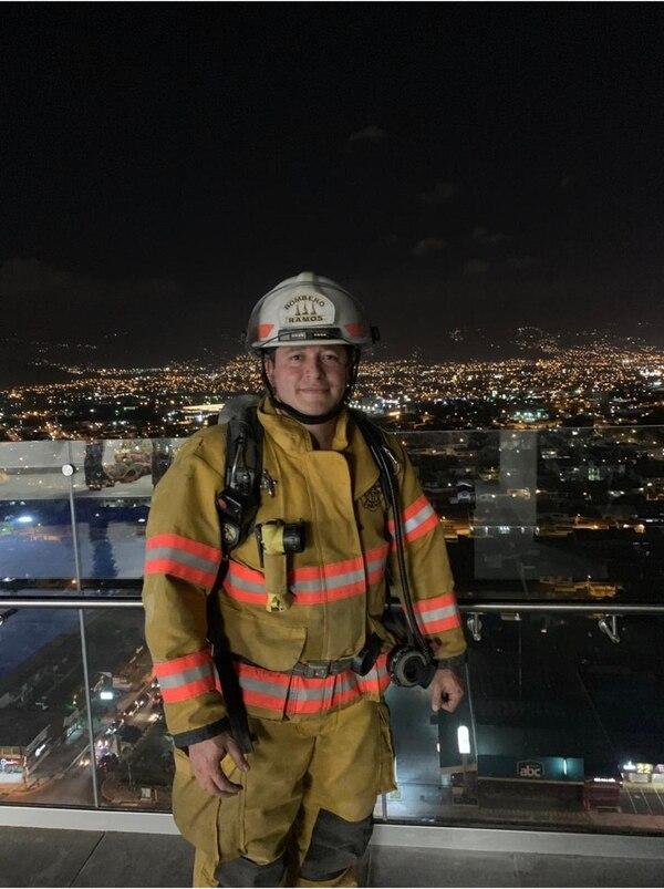 Este equipo de protección le pertenecen al bombero y paramédico Allan Ramos. Foto: Bomberos