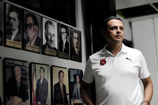 Fernando Ocampo habló largo y tendido este sábado. En esta foto, al fondo a la derecha, en la parte superior, está la foto de su bisabuelo, el primer presidente que tuvo la Liga, en 1919. Rafael Murillo