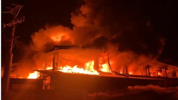 Las llamas se expandieron rápidamente debido al material almacenado en la bodega. Foto cortesía Bomberos.