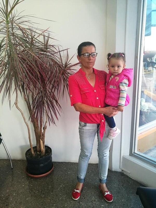 Doña Annia Méndez alza a la pequeña princesa, que es su nieta, Brianna Artavia. Foto: SUcursal GN.