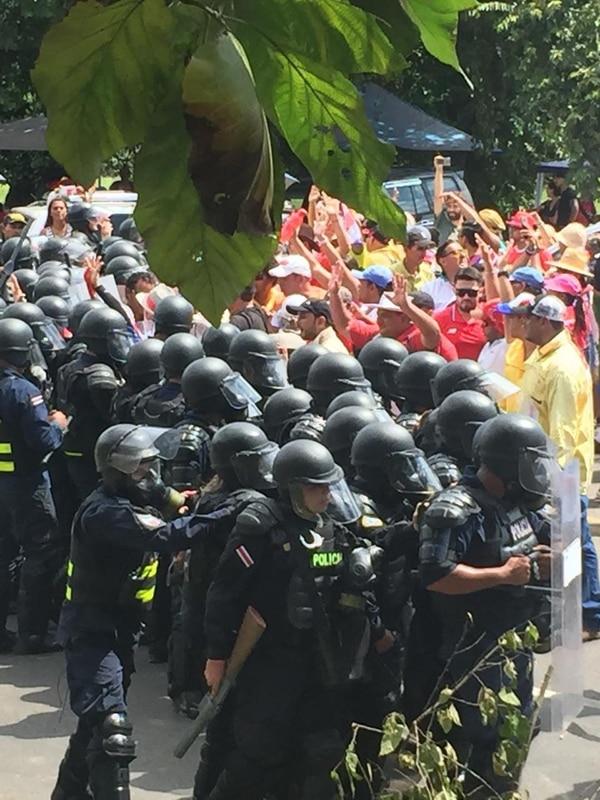 Ambos grupos se mantuvieron firmes luchando cada quien por sus objetivos. Foto: Andrés Garita