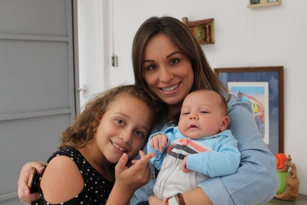 Raquel Aguilar junto a sus hijos Amanda y Luciano a quienes les ha dado de mamar. Foto: Cortesía