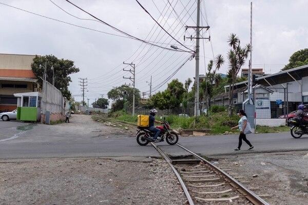Chepito murió cuando iba caminando al lado de las vías hacia su casa que está a unos 300 metros. Fotografía José Cordero
