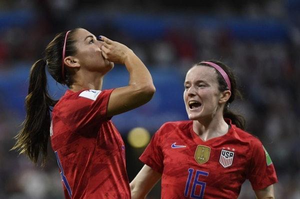 Alex Morgan mostró su sentido del humor tomando un té imaginario para celebrar el segundo gol de las estadounidenses. Foto: AFP.