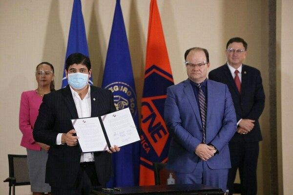 El acuerdo para ayudar a la Caja fue firmado este viernes. Foto: Presidencia.