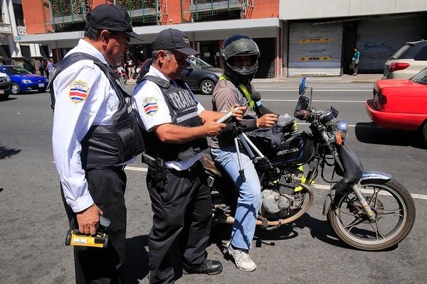 Los oficiales de Tránsito no aguantarán nada en diciembre. Foto: Rafael Pacheco.
