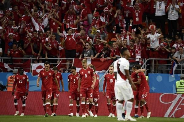 El seleccionado danés y su afición festejaron en grande, la victoria contra Perú, en el inicio para ambos en el Mundial de Rusia. AFP